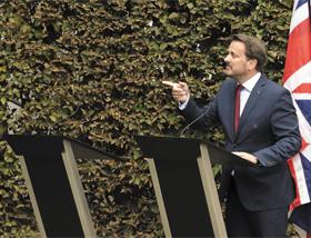 16일(현지 시각) 룩셈부르크 총리 공관 정원에서 열린 기자회견에서 그자비에 베텔 룩셈부르크 총리가 질문을 받고 있다. 베텔 총리의 오른쪽 보리스 존슨 영국 총리의 자리는 비어 있다.