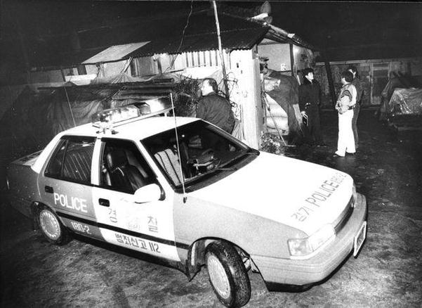 1990년 11월 9번째 살인사건이 발생한 화성군 태안읍 사건현장부근에서 탐문수사하는 경찰. /조선DB
