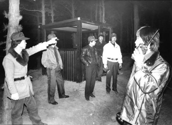 1988년 12월 화성군내 청장년들로 구성된 자율기동순찰대 대원들이 태안읍 진안1리 마을입구에 설치한 방범 초소 주변을 경비하고 있다. /조선DB