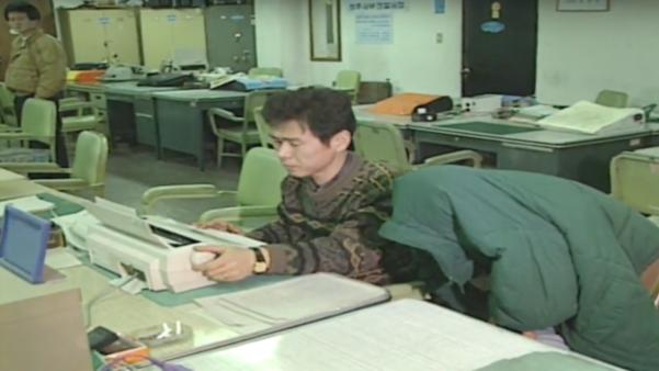 1994년 충북 청주 처제 살인 사건의 범인으로 이춘재가 구속되기 전 경찰서에 붙잡혀 있는 모습. /KBS 캡처