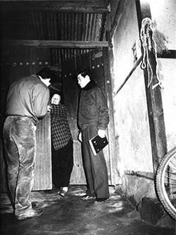 1990년 11월 9차 화성 연쇄살인 사건이 발생한 화성군 태안읍 사건현장 부근에서 탐문수사하는 경찰. 이 사건 피해자의 속옷에서 검출된 이춘재(56)의 DNA가 33년 만에 화성 연쇄 살인사건의 용의자를 특정하는 결정적 증거가 됐다. /조선DB