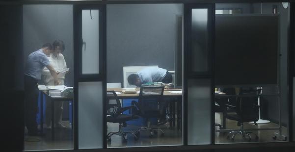 지난달 27일 저녁 서울 강남구의 한 빌딩에서 검찰 관계자들이 조국 법무 장관 가족이 투자한 사모펀드 운용사 코링크프라이빗에쿼티 사무실을 압수수색하고 있다./연합뉴스