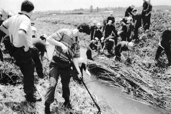 1993년 7월 화성연쇄살인사건 수사본부가 화성군 정남면 관항리 인근 농수로에서 유류품을 찾고 있는 모습. /연합뉴스