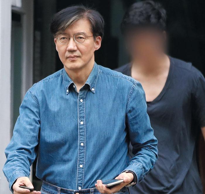 조국 법무장관이 22일 오후 아들 조모(23)씨와 함께 서울 서초구 방배동 자택 밖으로 나오고 있다.