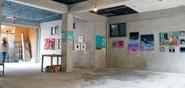 경리단길 인근 제일시장 초입의 빈 상가 건물이 그림 전시장으로 탈바꿈했다.