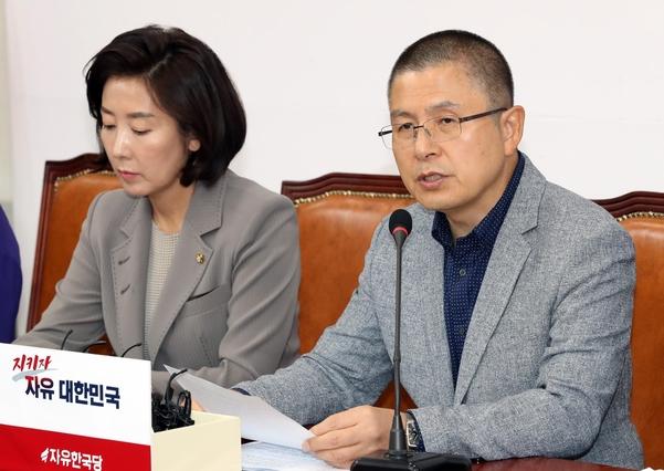자유한국당 황교안(오른쪽) 대표가 23일 오전 국회에서 열린 최고위원회의에서 발언하고 있다./뉴시스