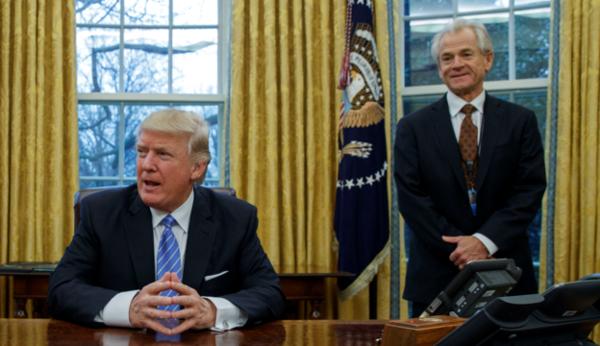 피터 나바로(오른쪽) 백악관 무역제조업정책국장과 도널드 트럼프 미국 대통령. /트위터 캡처