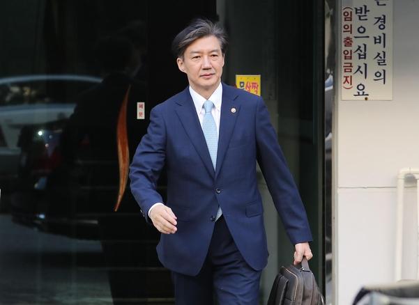 조국 법무장관이 23일 오전 서울 서초구 방배동 자택에서 나오고 있다./연합뉴스