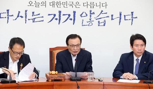 이해찬(가운데) 대표, 이인영(오른쪽) 원내대표, 박주민 최고위원이 23일 최고위원회의를 갖고 있다. /뉴시스