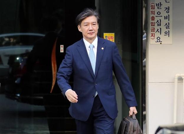 조국 법무부 장관이 23일 오전 서울 서초구 방배동 자택에서 나오고 있다. /연합뉴스