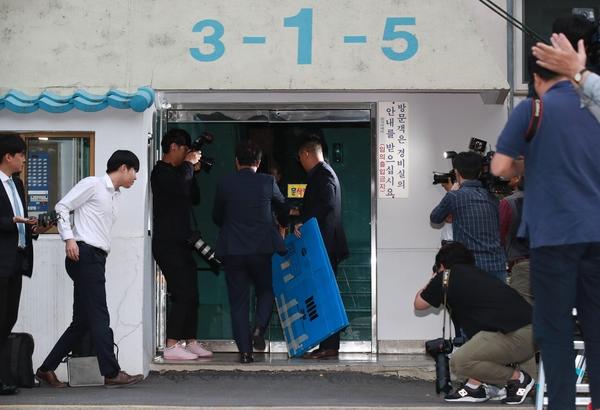 23일 오후 검찰 관계자들이 박스를 들고 서울 서초구 방배동 조국 법무장관의 자택으로 향하고 있다./연합뉴스
