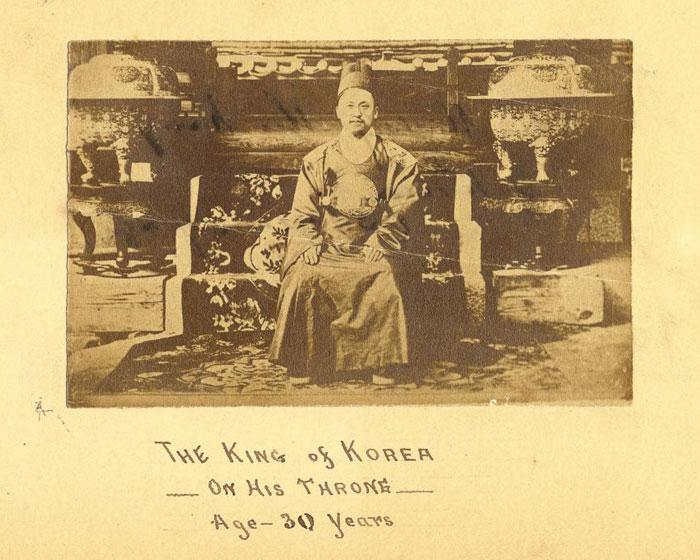 미국 외교관 조지 포크가 촬영한 '왕좌에 앉은 30세의 조선 국왕' 고종.