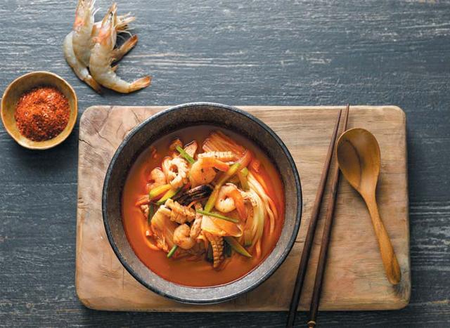 이마트가 지난 2015년 8월 출시한 '피코크 초마짬뽕'. 서울 3대 짬뽕 맛집으로 알려진 홍대 초마짬뽕의 레시피를 전수받아 가정간편식으로 개발했다. 연간 22만팩씩 팔리는 이마트의 효자 상품으로 누적 매출이 130억원에 달한다.
