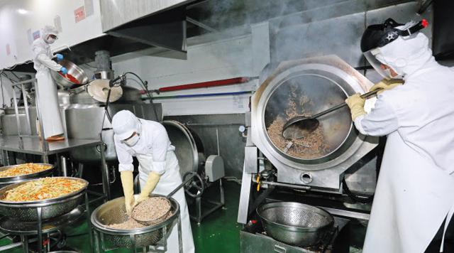 이마트와 고것참식품이 개발한 대형 '웍'. 265도 불에 야채와 돼지고기를 3분간 볶아내 원조 맛집의 불맛을 그대로 재현한다.