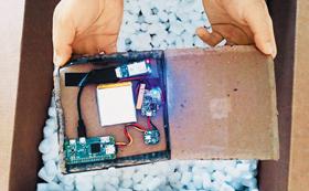 IBM의 보안 전문가들이 만든 '워시핑' 해킹 도구. 간단한 전자부품으로 택배 상자 속에 감쪽같이 감출 수 있게 만들었다.
