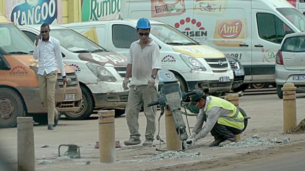아프리카 세네갈의 식품회사 '파티센' 공장 건설 현장에서 북한 노동자들이 일하고 있다./VOA 제공