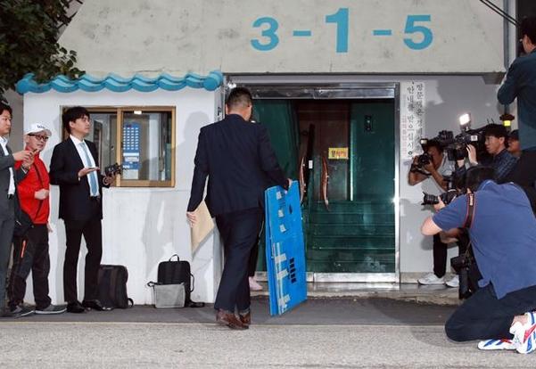 박스를 든 검찰 관계자가 지난 23일 서울 방배동 조국 법무부 장관의 자택으로 향하고 있다./연합뉴스