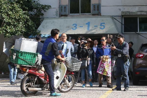 검찰이 조 장관의 서울 서초구 방배동 자택을 압수 수색한 23일, 음식 배달원이 도착하자 기자들이 몰려들고 있다./장련성 기자