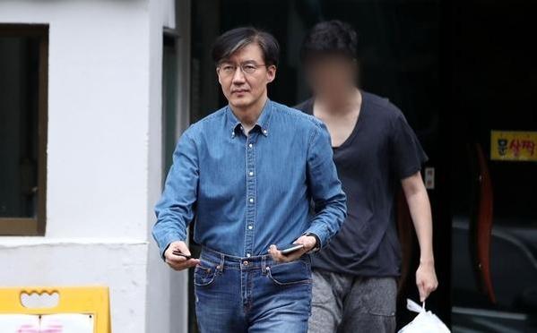 조국 법무장관이 22일 오후 서울 서초구 방배동 자택에서 아들과 함께 나오고 있다. /연합뉴스