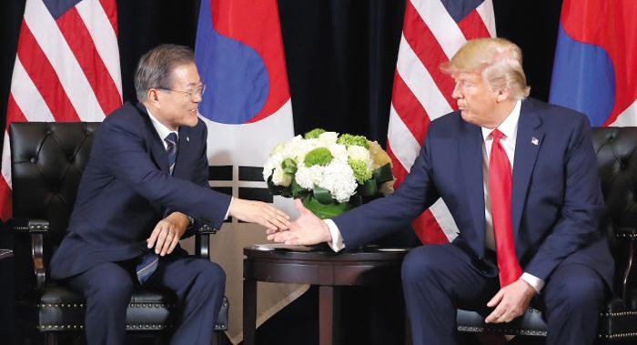 문재인 대통령과 도널드 트럼프 미국 대통령이 지난 23일 뉴욕 인터콘티넨털 바클레이호텔에서 만나 악수하고 있다.