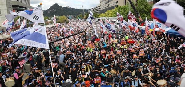 3일 오후 서울 광화문 교보빌딩 앞에서 열린 '문재인 하야 범국민투쟁 대회'에서 참석자들이 구호를 외치고 있다./연합뉴스