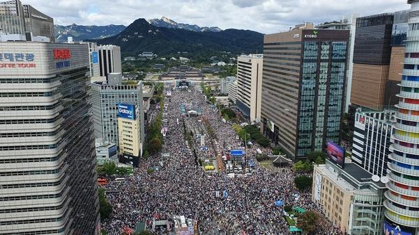 3일 낮 서울 광화문 교보빌딩 앞에서 열린 '문재인 하야 범국민투쟁 대회'에서 참석한 시민들로 가득한 광화문광장 주변./ 전기병 기자