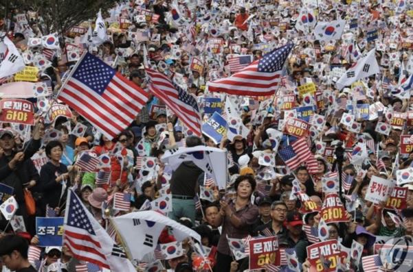 3일 낮 서울 광화문 교보빌딩 앞에서 열린 '문재인 하야 범국민투쟁 대회'에서 참석 시민들이 태극기와 성조기를 흔들며 구호를 외치고 있다./연합뉴스