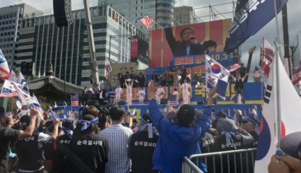 3일 낮 서울 광화문에서 열린  '문재인 하야 범국민투쟁 대회'./최효정 기자