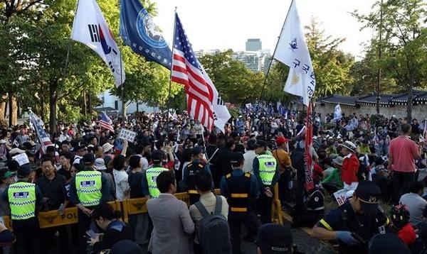 문재인 대통령의 하야와 조국 법무부장관의 사퇴를 촉구하는 보수단체 회원들이 3일 서울 청와대 춘추관 앞에서 경찰과 대치하고 있다. /뉴시스