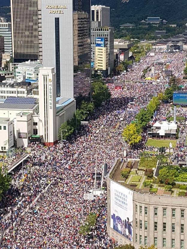 자유한국당과 우파단체가 주최한 문재인 정권 규탄 집회가 3일 오후 서울 광화문 일대에서 열렸다. 광화문에서 시청 일대까지  집회 참가자로 가득차 있다. /뉴시스