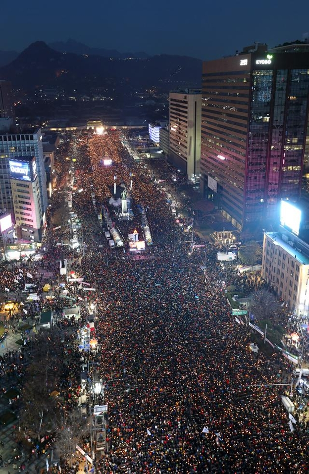 2016년 12월 3일 오후 제6차 촛불집회가 열린 서울 광화문광장에서 시민들이 촛불을 들고 광장을 가득 메우고 있다. /남강호 기자