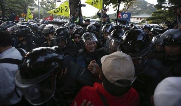 지난 3일 서울 청와대 앞에서 자유한국당을 비롯한 보수단체가 문재인 대통령의 하야와 조국 법무장관의 퇴진을 요구하고 있는 가운데 경찰과 대치하고 있다. /고운호 기자