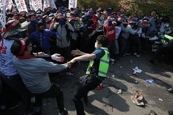 지난 5월 22일 민주노총 금속노조 조합원들이 서울 종로구 현대중공업 서울사무소 진입을 시도하며 경찰을 끌어내고 있다. /연합뉴스