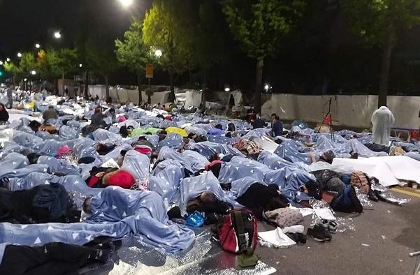 지난 3일 서울 종로구 청와대 사랑채 인근 효자로에서 시위대가 철야 집회를 벌이고 있다. /집회 참가자 제공