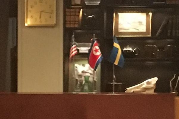 미·북 실무협상이 열리는 스웨덴 스톡홀름 외곽 리딩외에 있는 컨퍼런스 시설 '빌라 엘비크 스트란드' 내부에 소형 성조기, 인공기, 스웨덴 국기가 놓여있다./연합뉴스