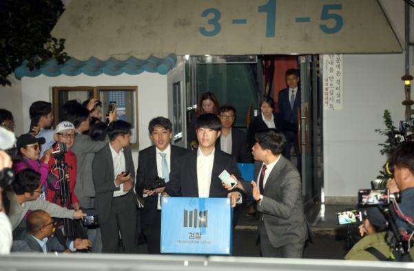 지난달 23일 오후 서울 서초구 방배동 조국 법무부 장관의 자택에서 검찰 관계자들이 압수 수색을 마치고 밖으로 나서고 있다. /연합뉴스