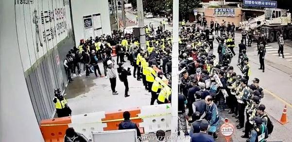 지난달 23일 광주광역시 임동의 한 건설 현장을 점거하고 있는 민주노총 조합원들이 카고크레인 진입을 막으면서 경찰과 대치하고 있다. /전국철근콘크리트연합 제공