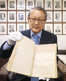 권재일 한글학회장이 1945년 서울역에서 발견됐던 조선말 큰사전 원고를 들고 있다.