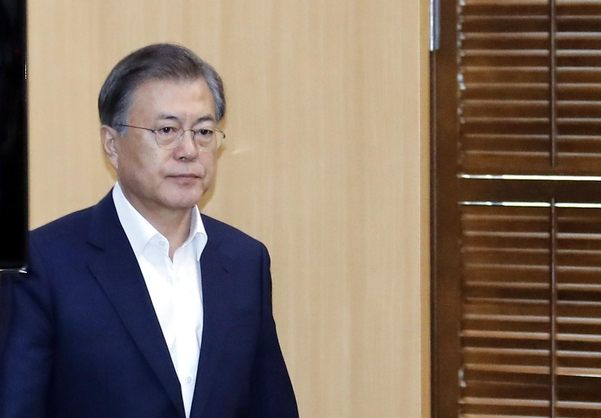문재인 대통령이 12일 오후 청와대에서 열린 수석·보좌관회의에 참석하고 있다. /연합뉴스