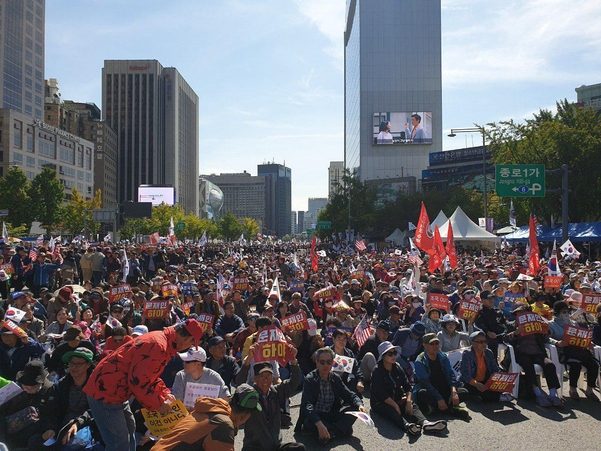 한글날인 9일 오후 서울 광화문 광장에서 조국 법무부 장관 임명에 반대하는 시민들이 모여 구호를 외치고 있다. /김우영 기자