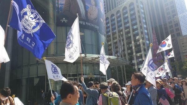 9일 서울 청계광장 앞에서는 서울대 광화문집회 추진위가 주도하는 집회가 열렸다. 추진위는 이날 조국 장관의 자녀의 인턴예정증명서 논란과 관련해, 풍자하는 증명서를 나눠주는 퍼포먼스를 벌였다.  /박소정 기자