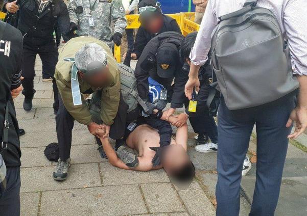 9일 오후 청와대 앞 집회 현장에서 한 20대 남성이 경찰 통제선을 넘으려다 투쟁본부 관계자들에게 제지되고 있다. /김우영 기자