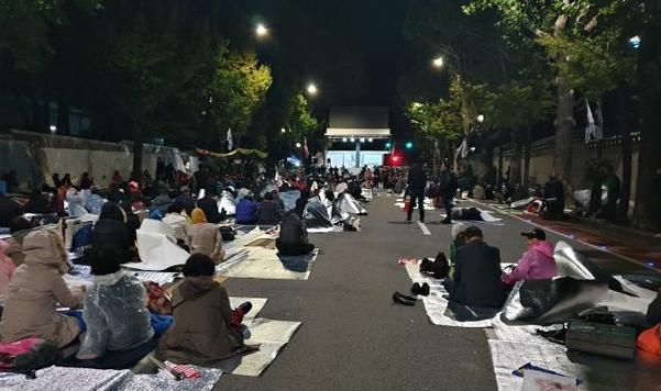 9일 밤 서울 종로구 청와대 사랑채 인근 효자로에서 시위대가 철야 집회를 벌이고 있다. /김우영 기자