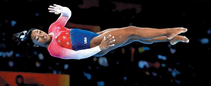 시몬 바일스(미국)가 9일 체조 세계선수권 여자 단체전에서 마루 연기를 펼치는 장면.