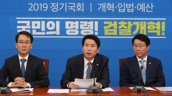 더불어민주당 이인영(가운데) 원내대표가 10일 당 정책조정회의에서 발언하고 있다. /연합뉴스