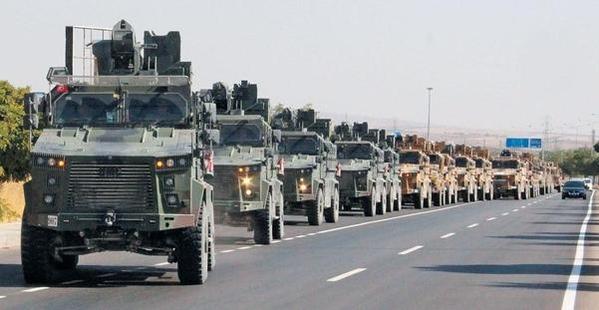 터키군 장갑차량 수십대가 9일 터키 남부 킬리스에서 시리아 북부 국경 방향으로 이동하고 있다. /로이터 연합뉴스