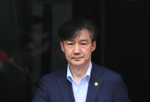 조국 법무장관이 10일 오전 서울 서초구 방배동 자택을 나서고 있다./연합뉴스