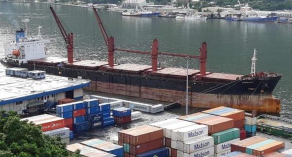 대북 제재 위반을 이유로 미국 정부가 억류해 매각 처리한 북한 선박 와이즈 어네스트 호가 지난 6월 미국령 사모아의 수도 파고파고 항구에 계류돼 있다. /VOA
