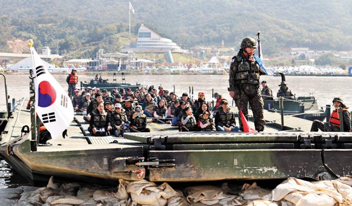 지난해 '낙동강 세계평화문화 대축전' 행사 참가자들이 상륙정을 타고 낙동강을 건너는 체험을 하고 있다.