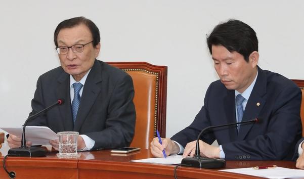 더불어민주당 이해찬(왼쪽) 대표가 11일 오전 국회에서 열린 최고위원회의에서 발언하고 있다. 오른쪽은 이인영 원내대표/연합뉴스